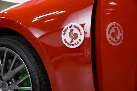 รถยนต์สีแดงของซอสพริก